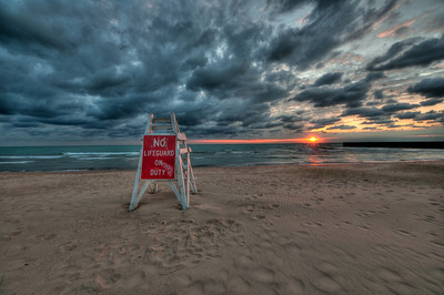 September, 17 : I was anticipating having a nice sunrise shoot down at Evanston this morning.  Problem was there were too many clouds, so I thought I'd go for a swim instead – well that plan was thwarted as well – can't swim with no lifeguards …. so I came home.