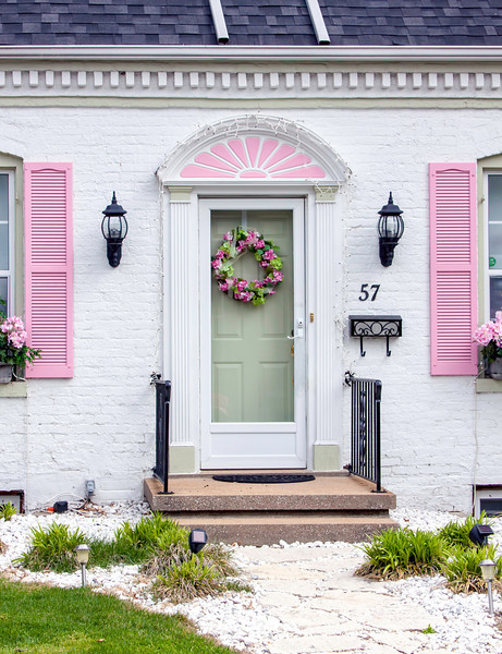 I haven't seen too many white houses with pink trim and decor. Not my choice of colors but it does seem to work for this house in Mascoutah, Illlinois.