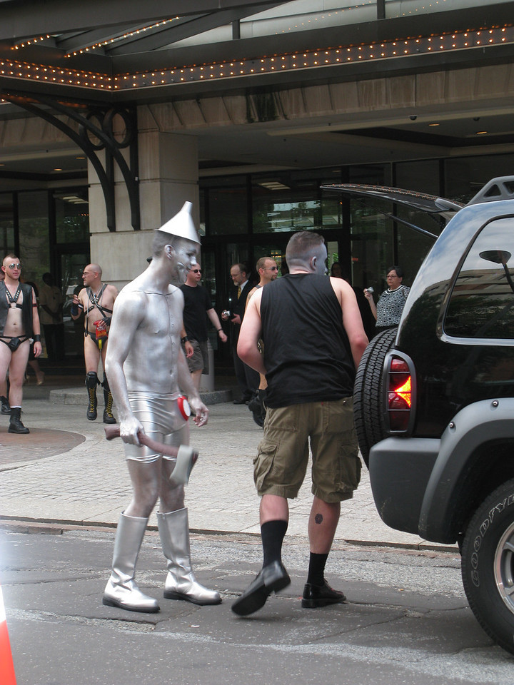 And then I spotted the Tin Man.   Few hearts to be had here. Perhaps he had consulted the Scarecrow before he got his brain. The place is infested with 6000 endocrinologists. The cardiothoracic surgeon meeting was 2 weeks ago. Note the people behind the Tin man. Clearly they use a different tailor than I. Anyway the cabbie finally made it and we exited OZ through some alleys and onto areas of Washington DC where only things that pass as normal were occuring. I did arrive in time to catch the plane home.