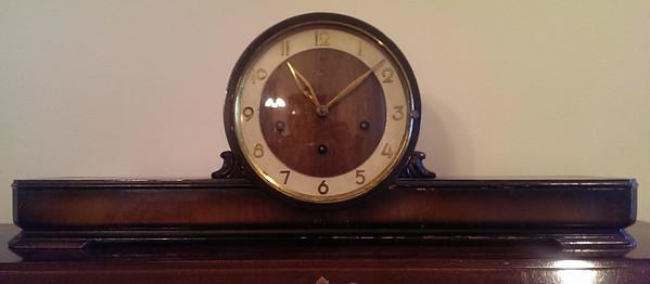 Moderne streamlined mantle clock