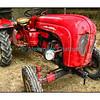 Vieux tracteur dans une grange