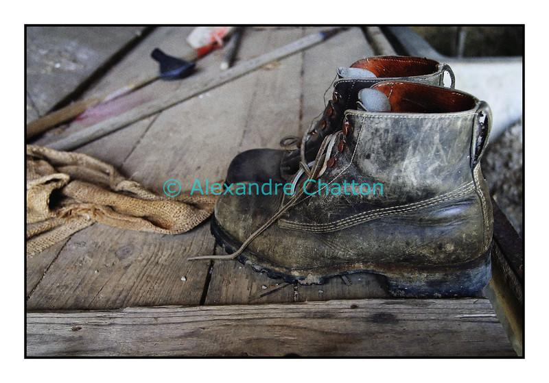 Mars 2006, souliers militaires sur une remorque dans une vieille ferme de mon village.