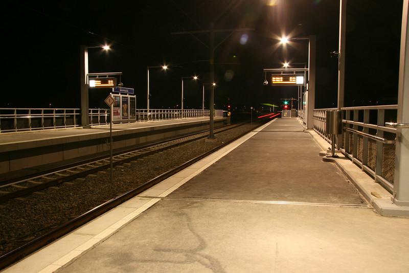 Trein bijna uit zicht. Nieuwe randstadrail station Berkel-Westpolder
