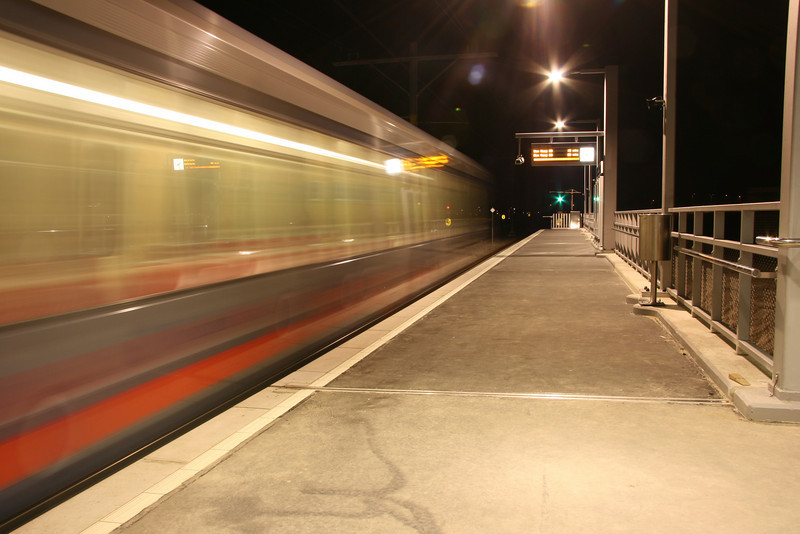 Voorbijrijdende trein. Nieuwe randstadrail station Berkel-Westpolder