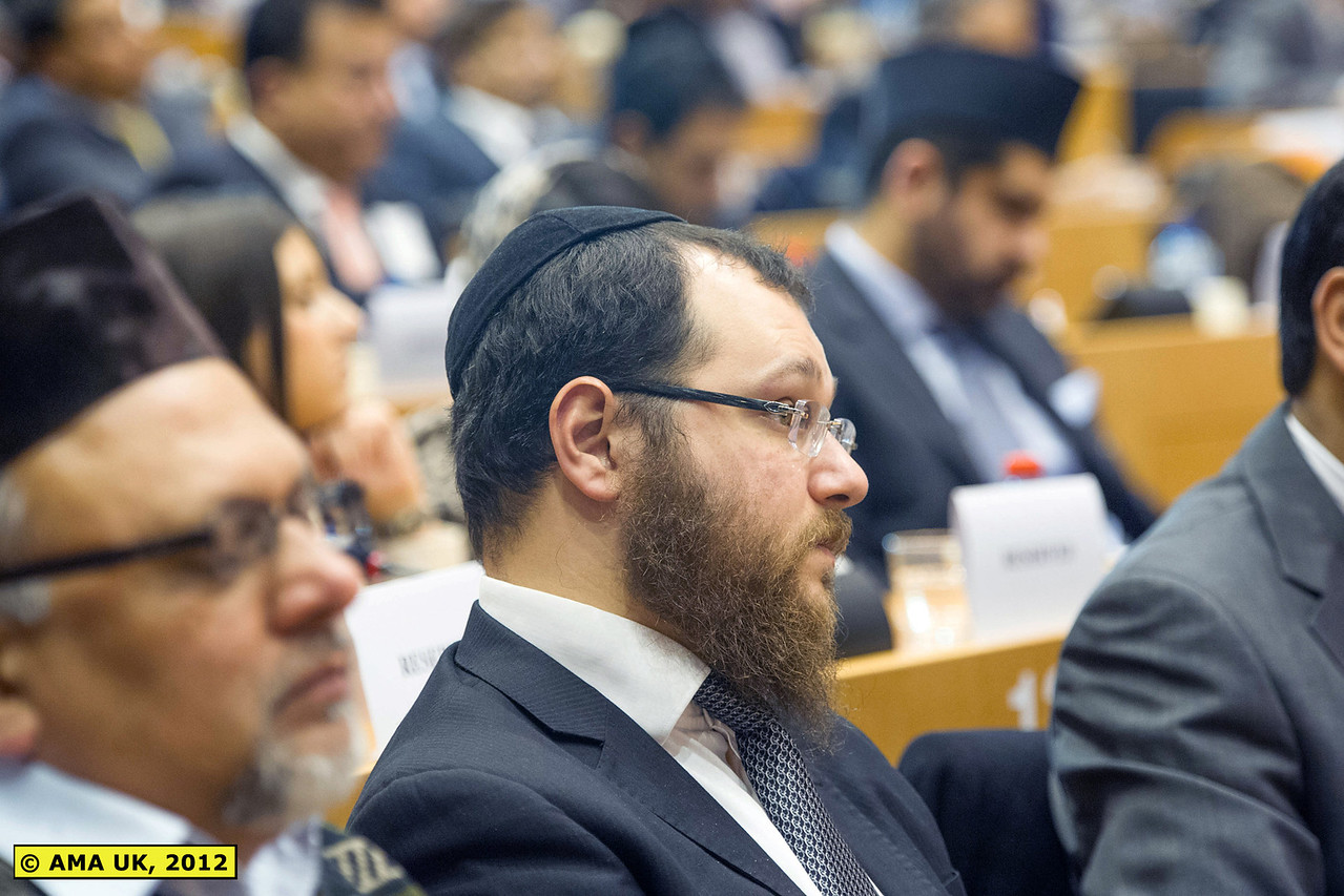 EU3_0273: Members of all faiths, judaism, Christianity Sikhism, Hinduism etc were among those that attended.