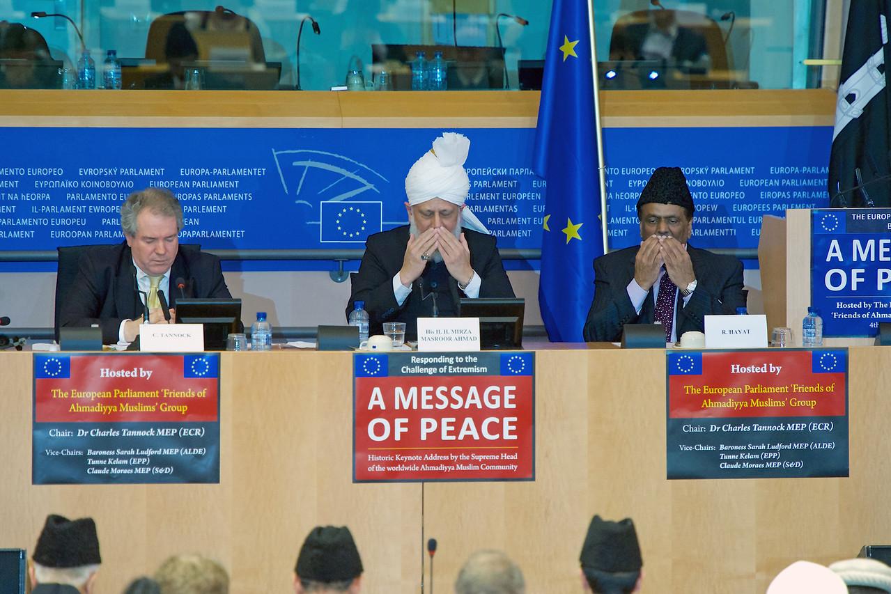 EU3_0293:  Hadhrat Khalifatul Masih V (atba) leading the silent prayer upon conclusion of the event.