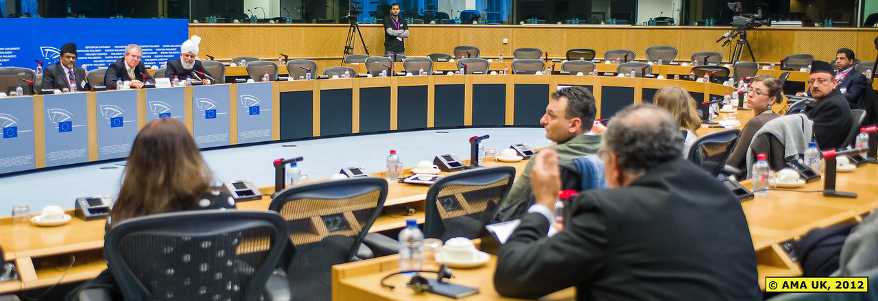 EU6_1005: Member of the audience asking a question to Hudhur Aqdas (atba).