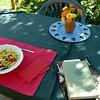 Mittagessen an einem Sommertag mit Tomaten, Ruccola und Knoblauch aus dem Garten
