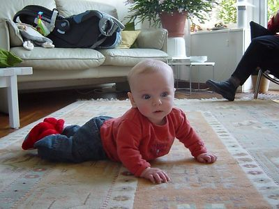 Hello mom! What's that thing in front of your face?? (Elise, crawl baby, come on, show mummy how good you can crawl...!)