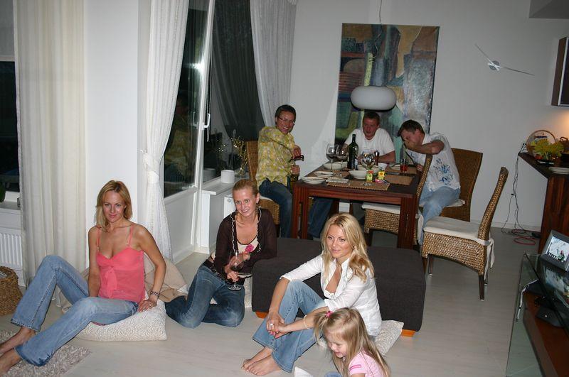 Lõbus seltskond teleri ees ootel