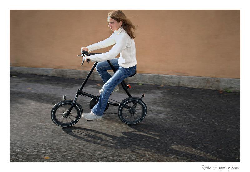 Ja det är en Strida lätt hopfällbar cykel... svart