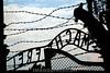 Das Konzentrationslager Auschwitz-Birkenau war das größte deutsche Vernichtungslager während der Zeit des Nationalsozialismus. Die Gedenkstätte des Holocaust wurde von der UNESCO unter dem Namen Auschwitz-Birkenau – deutsches nationalsozialistisches Konzentrations- und Vernichtungslager (1940–1945) zum Teil des Weltkulturerbes erklärt. Arbeit macht frei als Toraufschrift. © German Falke/IMAGOpress.com