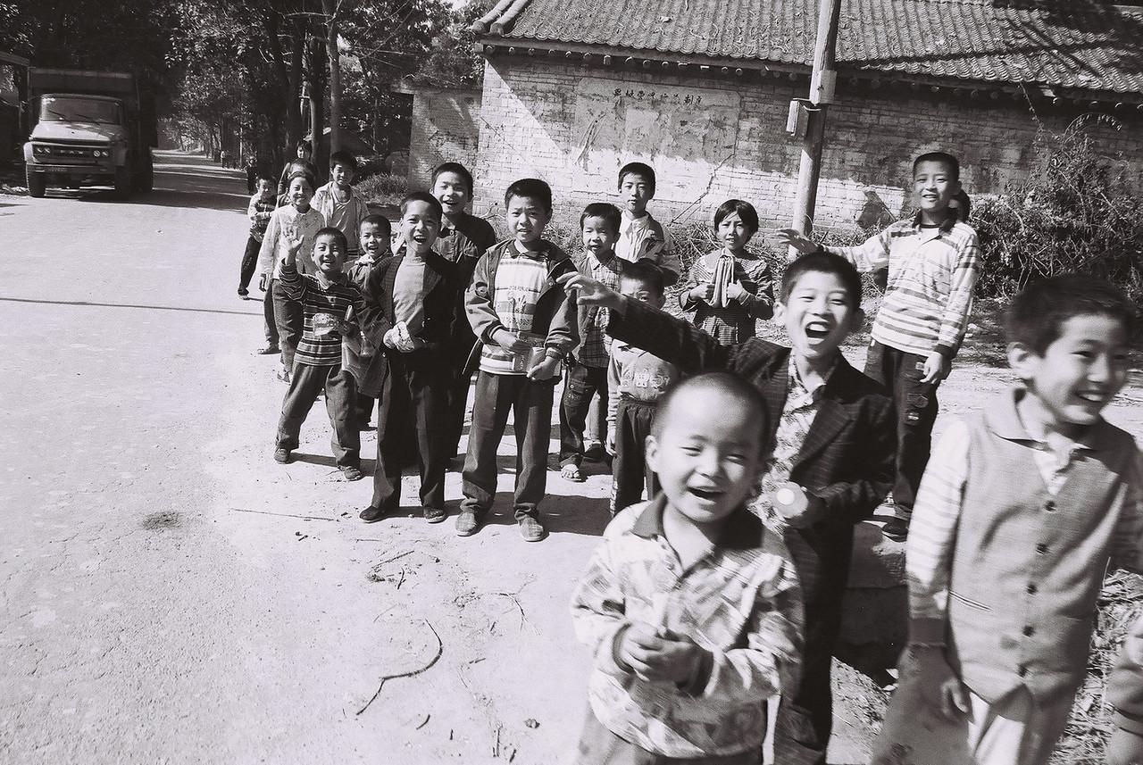 laos -kids on roadside 1