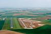 Aérodrome de Fontenay le Comte (gauche) et le futur Pôle innovation automobile Sud Vendée et son circuit de 2,4 km (à droite).