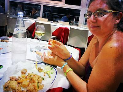 La mamma si spazzola il fritto di pesce