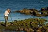 Pepe Luque fotografiando detalles en la costa al caer la tarde