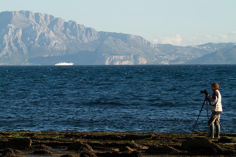 Ana en el Estrecho (PN El Estrecho) con el Jbel Musa al fondo.