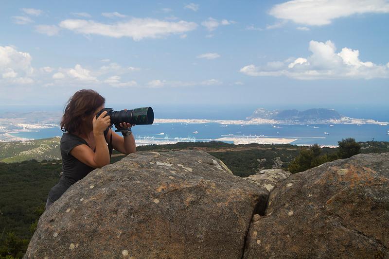 Ana en las alturas del PN Los Alcornocales con la Bahía de Algeciras y Gibraltar al fondo