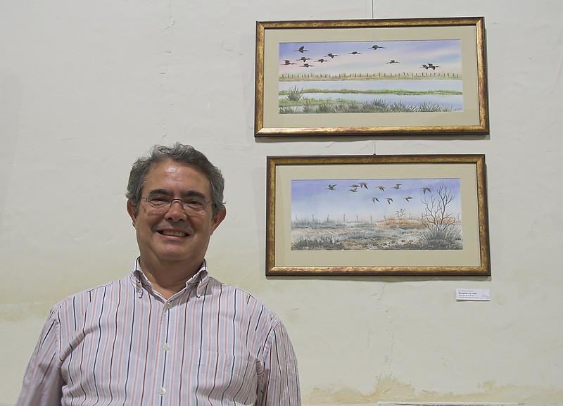 Luis Cuaresma y dos de sus cuadros