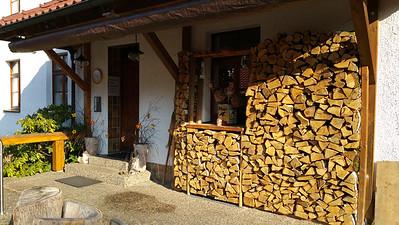 frischer Holzstoß auf Terrasse