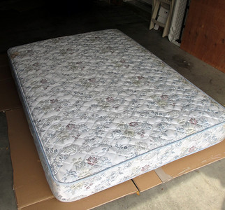 Full-size mattress with memory foam cushion