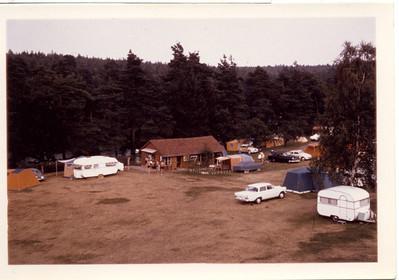 Kiosk im Holzhaus mit keinem Baum und mit einigen kleinen Bäumen 1964