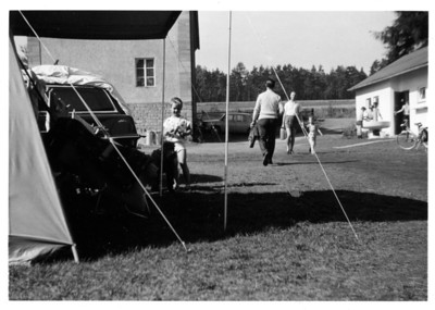 15.08.1965/\Bernards Fotos von früher/\allerster Bauabschnitt Sanitärbau/\kleine Einfahrt/\alte Sprossenfenster im Haus