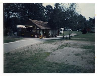 1977/\Kiosk im Holzhaus/\Bernards Fotos von früherganz junge Birken in Dreiergruppe neben Holzhaus bzw altem Kiosk