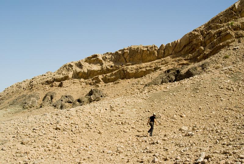 Mountain near Maliha, in the UAE desert. [uhm, climbing another mountain in the name of Geocaching]