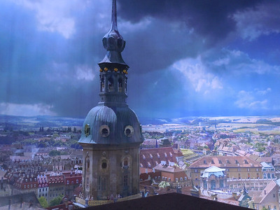 The building is cylindrical, and inside the walls are covered by a giant painting of Dresden in the 16th century.