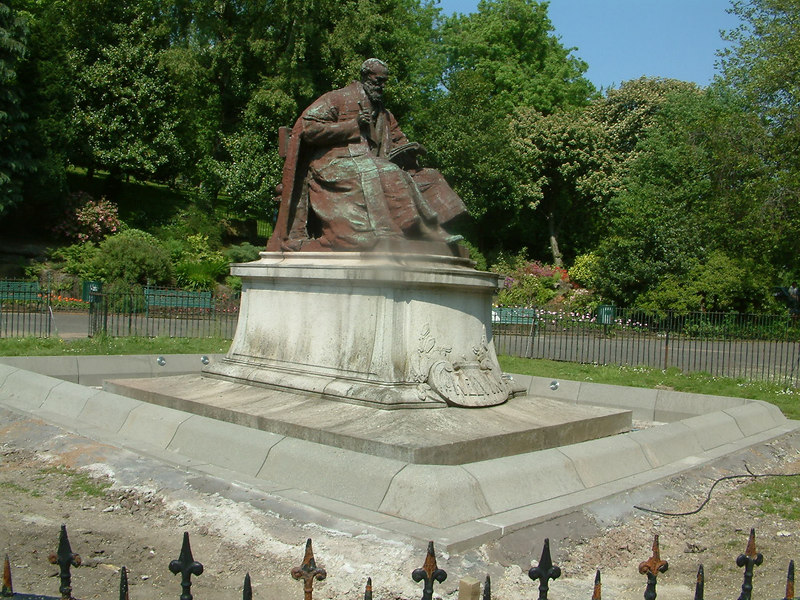 Kelvin statue - new plinth with floodlights being installed in 2006