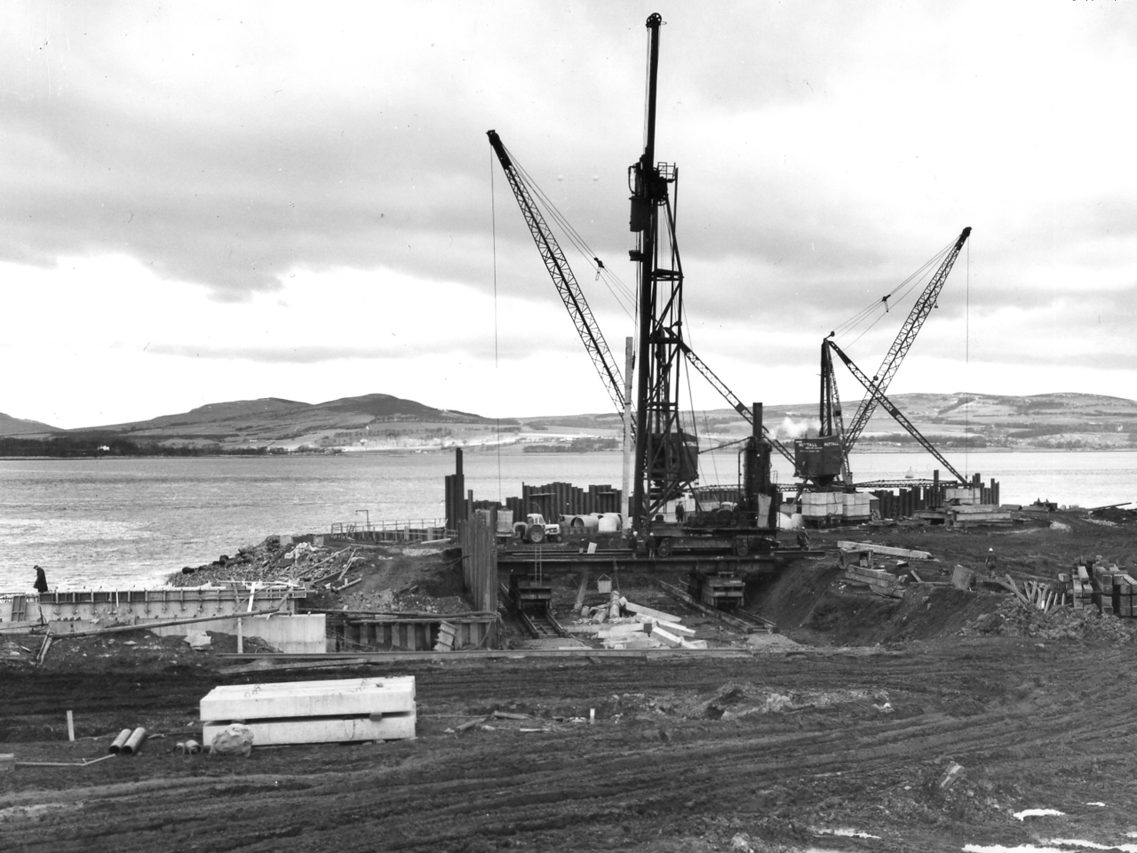 Q017	Menck Frame driving piles at Barge Berth   31/12/1962