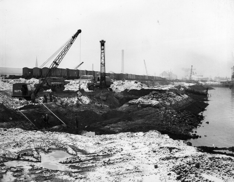 Q001Bench excavation at east end of Quay sor 15 ton derrick and Menck Frame