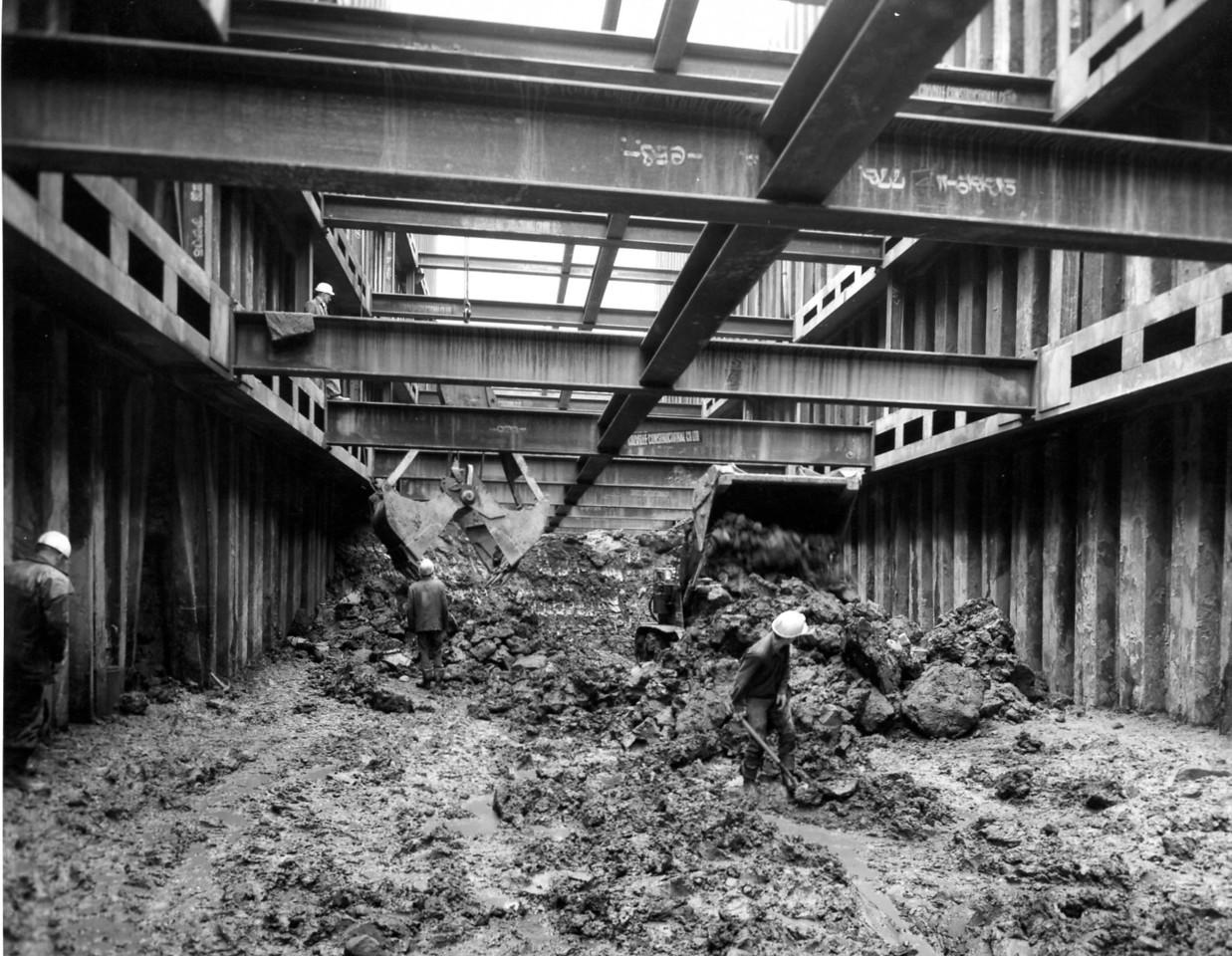 D032Entrance cofferdam - steel erection in progress in sill for fourth frame 27/6/1962