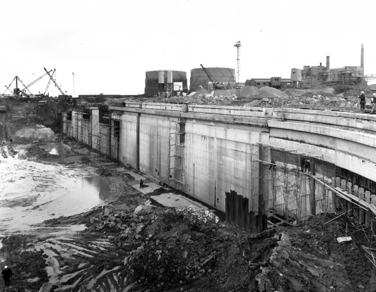 D084	Dock wall and subways - east side   29/4/1963