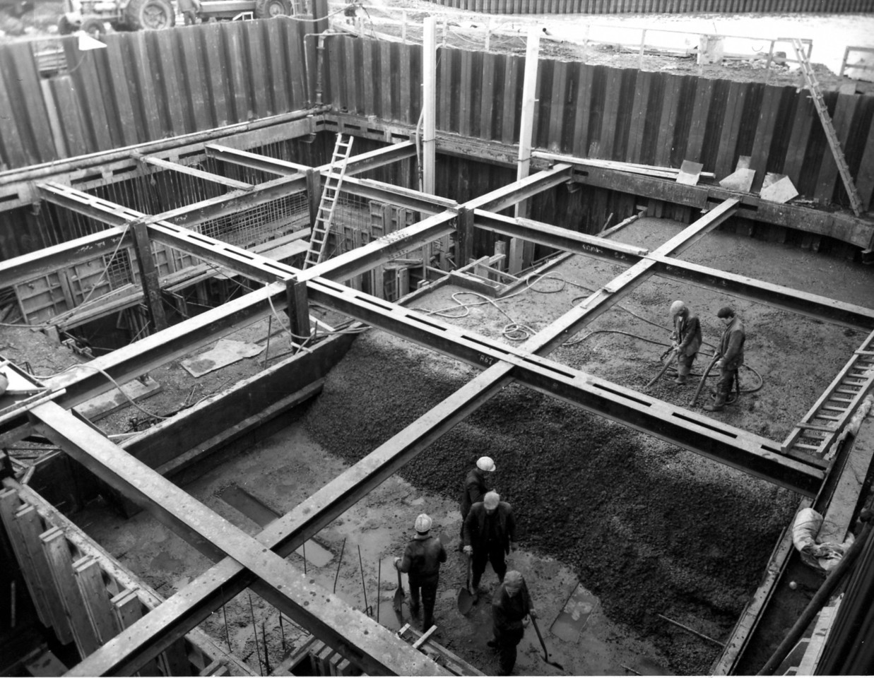 D068Entrance works - concreting in progress in west roundhead  31/12/1962