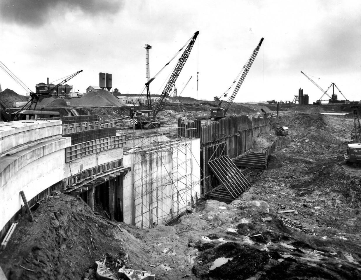 D051Dock wall & trench excavation west side. Construction of 25 ft high shutter almost complete  25/10/1962