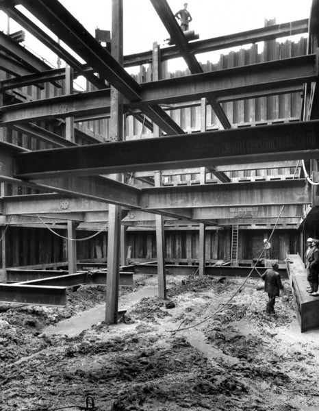 D031	Entrance cofferdam - steel erection in progress in pumphouse 27/6/1962