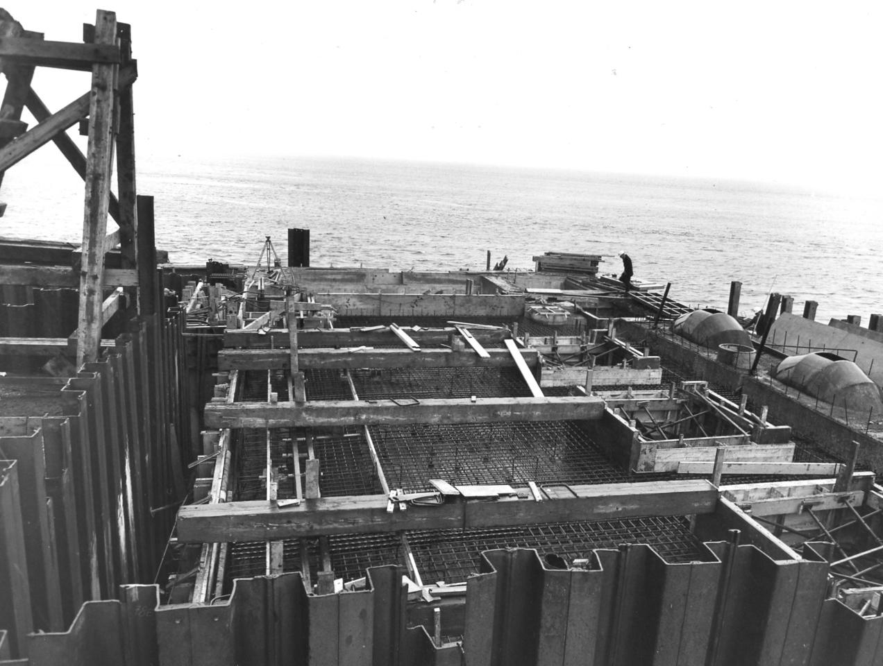 D086Entrance works - preparing shuttering, etc. for pumphouse roof   29/4/1963