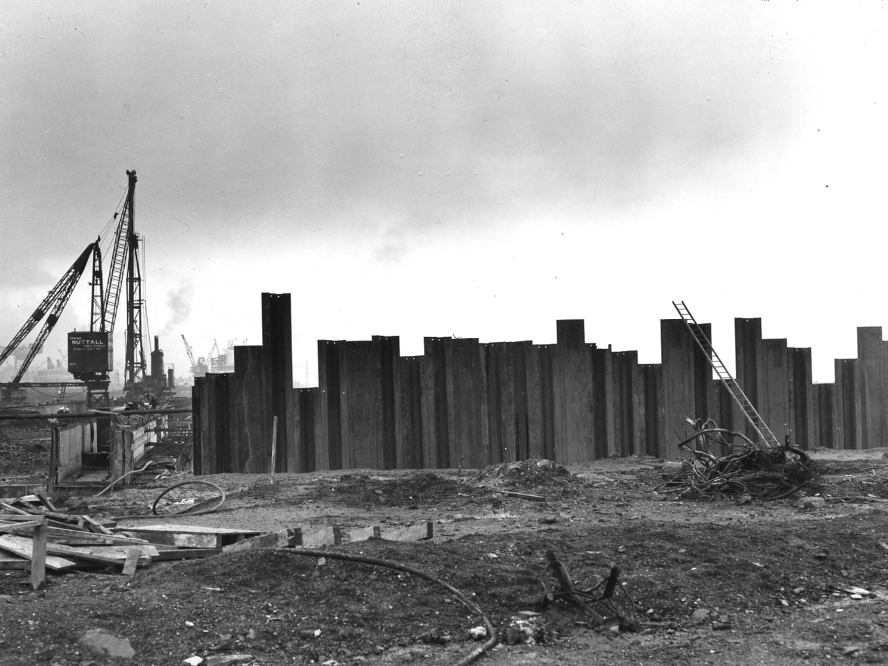 Steel sheet piling to Barge Berth complete - 15 tone derrick at Repair Quay moved to new position astride rear crane beam - Menck being moved ashore preparatory to moving to Barge Berth   21/12/1962