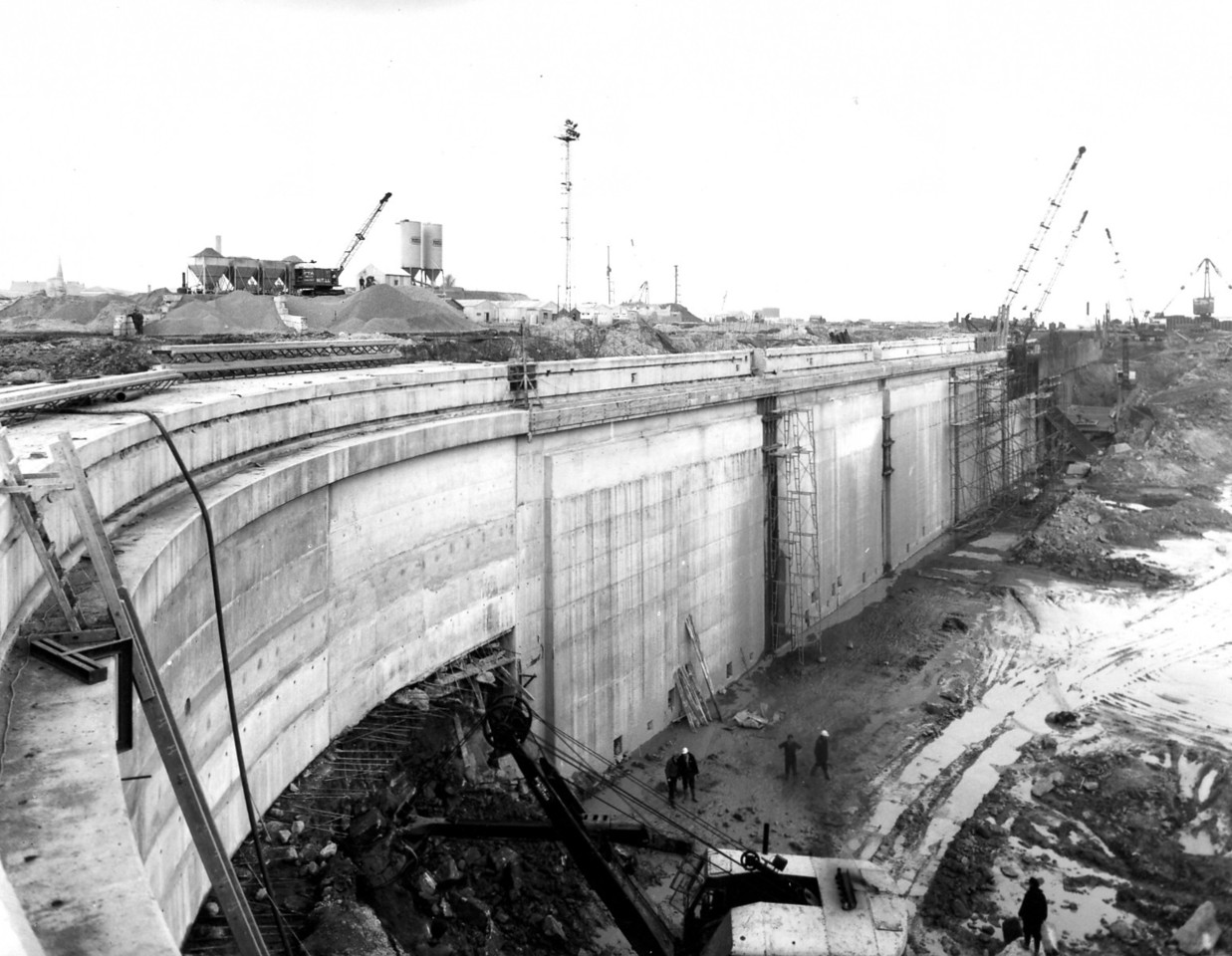 D083	Dock wall and subways - west side   29/4/1963