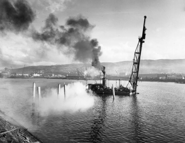 T017Floating Menck driving piles on jetty shore arm   30/3/1963