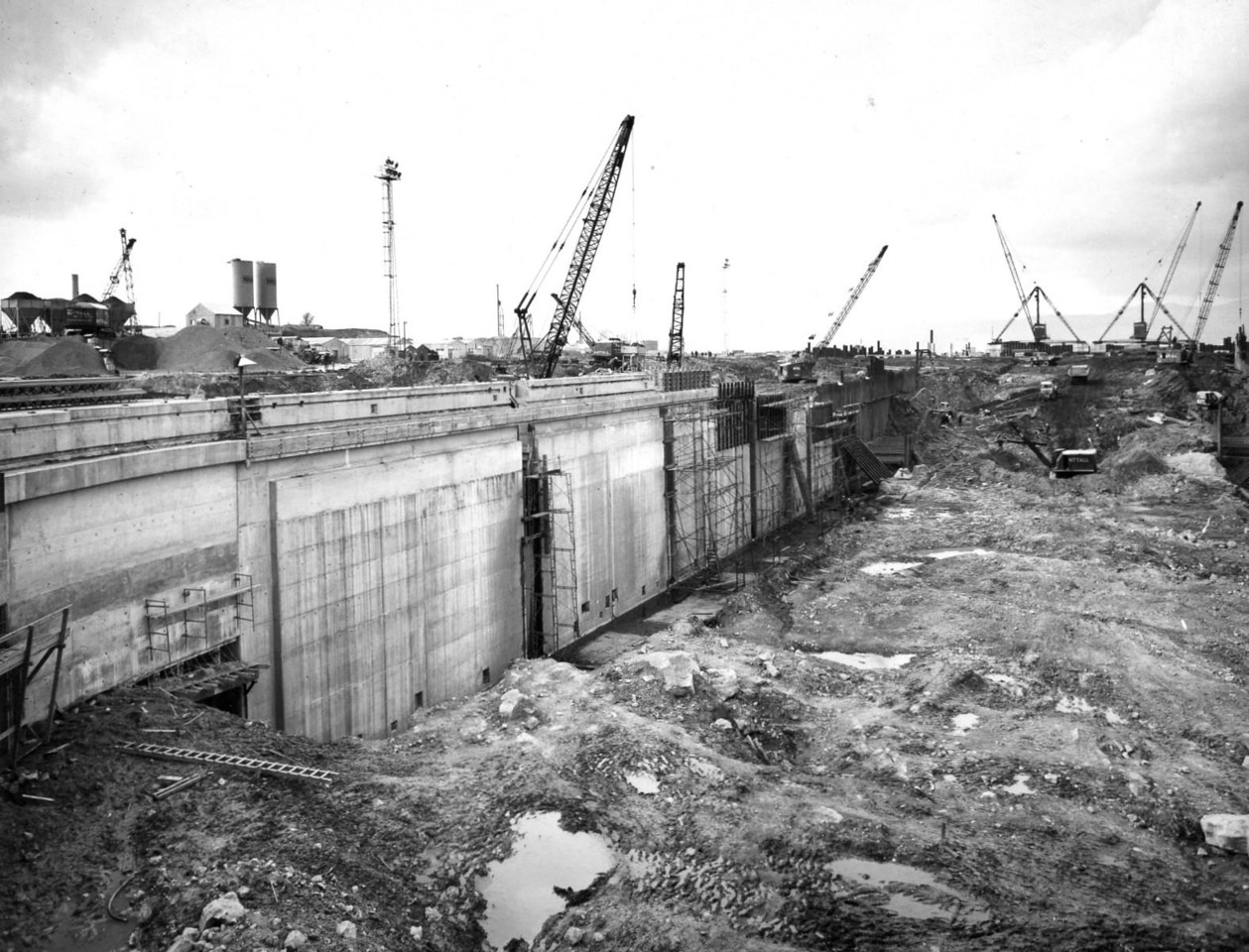 D079	Dock wall and subway - west side   30/3/1963