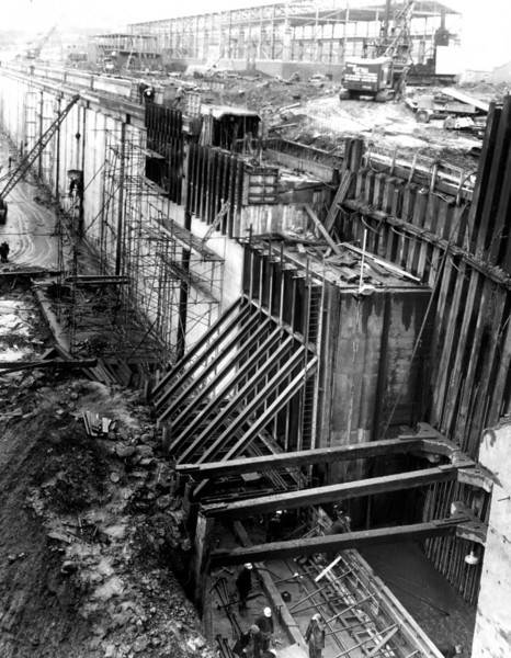 D125West Wall - final toe pour being prepared 30/12/1963
