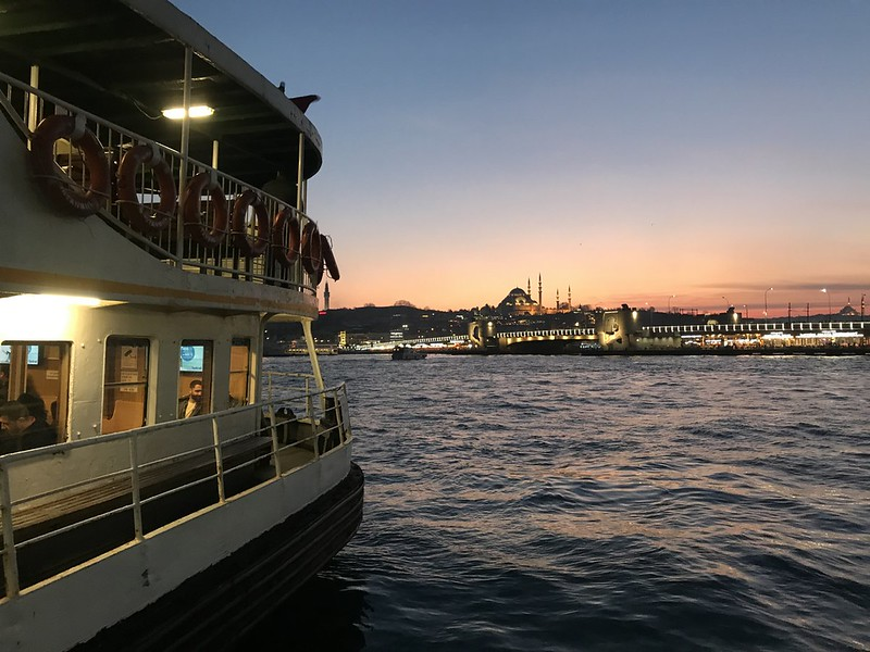 Ferry a través del Bósforo en Estambul