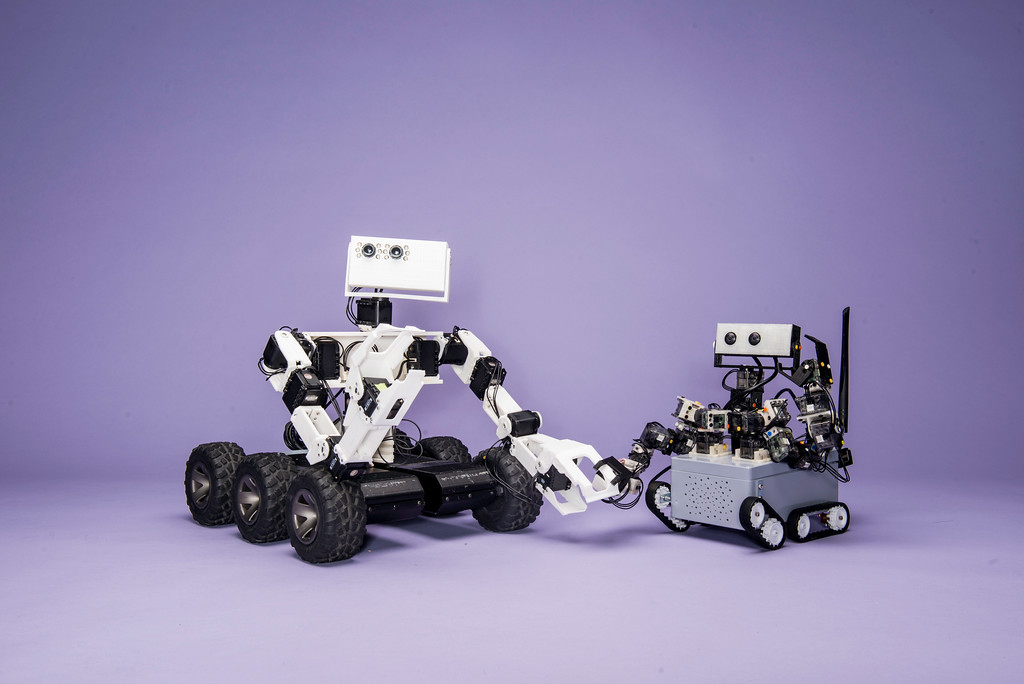 These mini bots are 3D printed robots.  Photo by Ron Aira/Creative Services/George Mason University