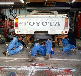 Is this a @Wrangler jeans commercial? Or the worlds fastest axle swap? #toyotapickup #hilux #1977 #toyota #rn23 #rn20 #buildthreads #22r #20r #widebody #moarlow #crownvic #p71 #becauseroadkill #webegambling #rollcage #lsx #lsswap #v8swap #becauseracetruck #formuladrift #stance #streetoutlaws #minitruck #minitruckin #truckin #hoonicorn #killalltires #vagueind
