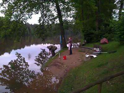 Dienstag 4.6. abends: Wasser sinkt, Angler immer noch auf Insel-Paradies.