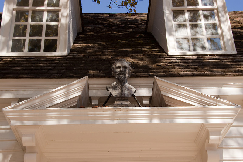 Sir Walter Raleigh looking down over the door of the Raleigh Tavern in WIlliamsburg.