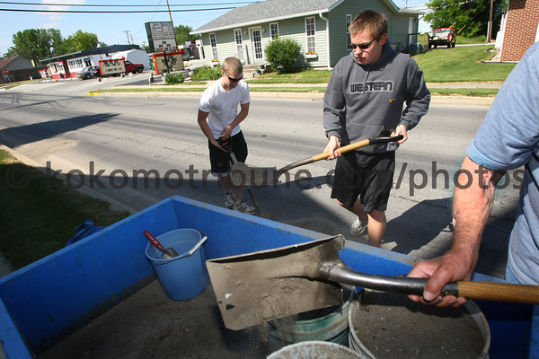 5-22-12<br /> Western HS seniors voluteer to clean up around the town of Russiaville on Tuesday.<br /> KT photo | Tim Bath